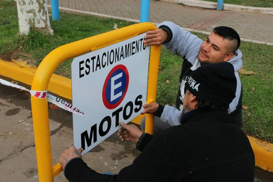 Disposición de zonas de estacionamiento para motos en el centro de la ciudad